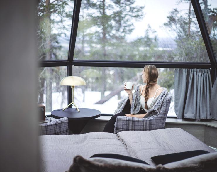 Iglu-hotellissa nautit aamukahvista ja upeasta näkymästä tunturiin ja laaksoon.