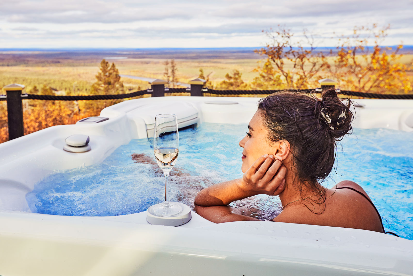 Enjoying the complementary shampagne in the outdoor jacuzzi of the Suite Igloo